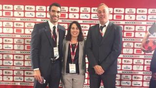 Fernando Sanz, con Ana Rabell Fuentes, miembro de la Comisión femenina de la Unión Caribeña de Fútbol, y Sergi Torrens, Country Manager de La Liga en China