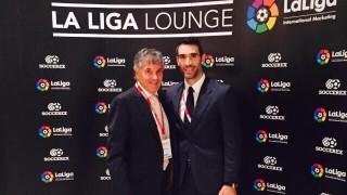 Fernando Sanz posa con David Dein, Embajador de la Premier League