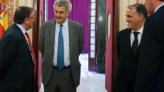 Javier Tebas, Jesús Posada y Francisco Rubio, presidente del CD Numancia, charlan en el Congreso