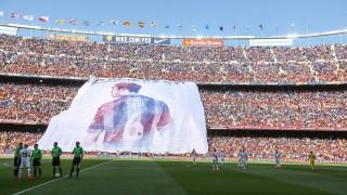 Xavi fue homenajeado por la afición del Barcelona con esta espectacular lona