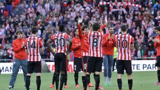 Sus compañeros arroparon al jugador en su último partido con el Athletic