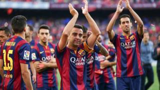 Xavi recibió el homenaje de sus compañeros en el Camp Nou