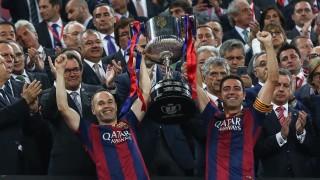 Xavi e Iniesta fueron los encargados de recoger el trofeo