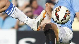Un balón encerrado en el cuerpo del futbolista