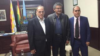 Javier Tebas, con dos responsables del fútbol boliviano