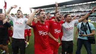 Los jugadores del Sporting celebran el ascenso sobre el campo
