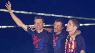 El staff técnico del Barcelona también celebró en el césped del Camp Nou