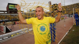 Christian Fernández se llevó un trozo de red como recuerdo del ascenso.