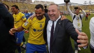 Ángel, uno de los veteranos, se abraza con el presidente de Las Palmas, Miguel Ángel Ramírez, tras el partido