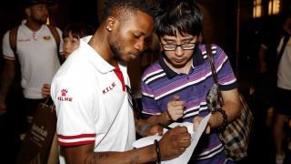 Lass firmando un autógrafo