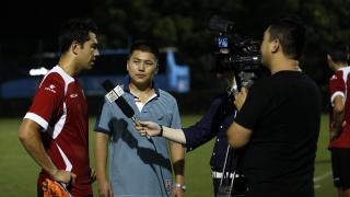 Miku atendiendo a los medios