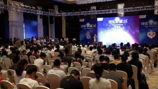 Mucha gente no se quiso perder la presentación del jugador chino, Zhang Chengdong, durante el Qbao Event.
