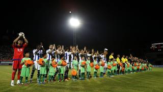 Ambos equipos saludando a todos los asistentes al encuentro.