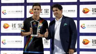 Álex Moreno, recogiendo el premio a mejor jugador del partido recibido de la mano de Ignacio Trujillo, Director de Proyectos Estratégicos de LaLiga.
