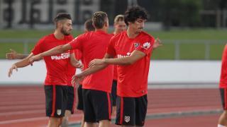 Savic, en primer plano, calentando junto a sus compañeros.