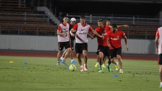 Gabi conduce el balón con destreza delante de varios compañeros.
