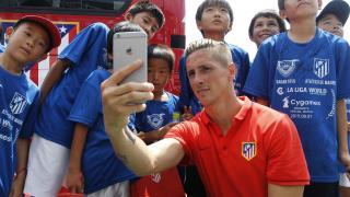 Imagen desde otra perspectiva de Fernando Torres realizando un selfie junto a varios niños.