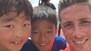 Los selfies fueron una de las prácticas habituales de los jugadores 'colchoneros'. Fernando Torres, con dos niños, fue el hombre del Atlético más aclamado en Japón.