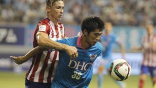 Fernando Torres pugna por un balón con un defensor local.