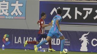 Óliver Torres controla el balón en un momento del encuentro.