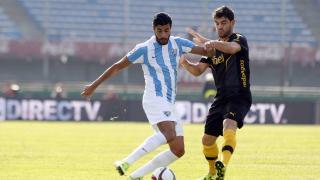 Miguel Torres lucha por un balón