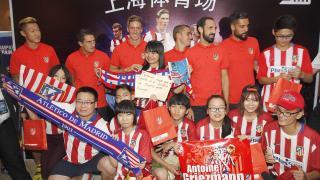 Seguidores del Atlético junto a los jugadores