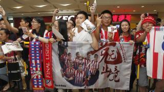 Varios aficionados esperando al equipo español
