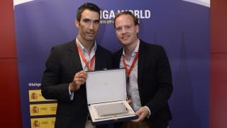 Fernando Sanz entregó, en nombre de LaLiga, un presente a Nicholas MacGowan, de Match IQ