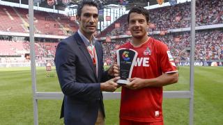 Fernando Sanz, embajador de LaLiga, entregó el premio al MVP del encuentro.