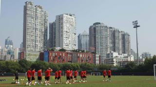 Los jugadores del Atlético preparando el partido contra el Shanghai Spig