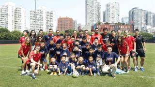 Jugadores de tenis de mesa, integrantes del Atlético y varios jóvenes que no quisieron perder el clínic de los rojiblancos en Shanghai.