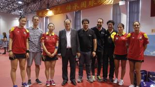 El presidente de LaLiga, Javier Tebas, junto al director de proyectos estratégicos, Ignacio Trujillo, Ander Mirambel y varias jugadoras de tenis de mesa