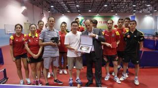 LaLiga, de la mano de Javier Tebas, quiso hacer entrega de una placa a los integrantes de tenis de mesa