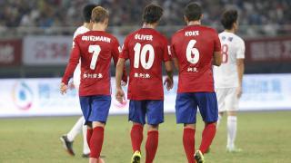 Griezmann, Óliver y Koke caminan hacia el centro del campo tras uno de los goles.