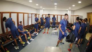 Los jugadores del Granada se preparan para el encuentro en el vestuario