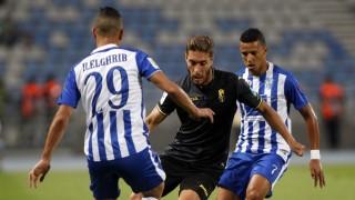 Rubén Rochina trata de driblar a dos defensores