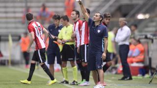 Ernesto Valverde dando indicaciones a sus futbolistas