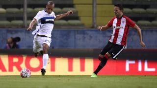 Borja Viguera (derecha) intenta presionar el despeje de João Miranda