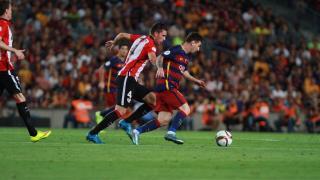 Messi busca la meta del Athletic ante la mirada de Laporte
