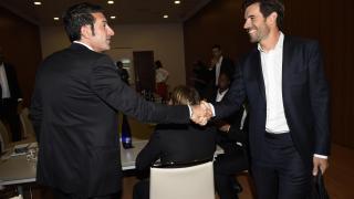 Reencuentro entre Luis Figo y David Albelda.