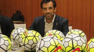 David Albelda con los balones oficiales de LaLiga.