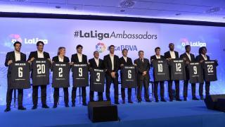 Javier Tebas y Fernando Sanz con los embajadores de LaLiga.