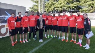 Yanfei visitó al club como Campeona de Europa