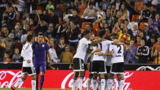 Los jugadores valencianistas celebran un tanto ante su hinchada.
