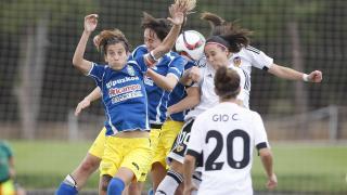 La disputa de un balón aéreo en el choque que enfrentó al Valencia Feminas y al Oiartzun KE.