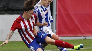Mapi y Nahikari disputan un balón en el duelo entre el Atleti Féminas y la Real Sociedad.