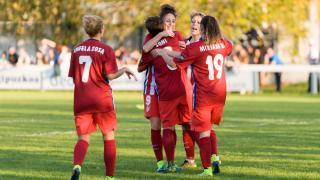 Las jugadoras del Atleti Féminas celebran uno de los cinco tantos que marcaron al Oiartzun KE.
