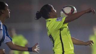 Charlyn Corral controla el balón con el pecho en la visita del Levante UD al RCD Espanyol.