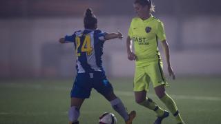 Adriana controla el balón ante la presencia de Xiki, en el partido entre el RCD Espanyol y el UD Levante.