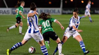 Isina intenta librarse dos rivales en el partido que enfrentó a la Real Sociedad y al Oviedo Moderno.